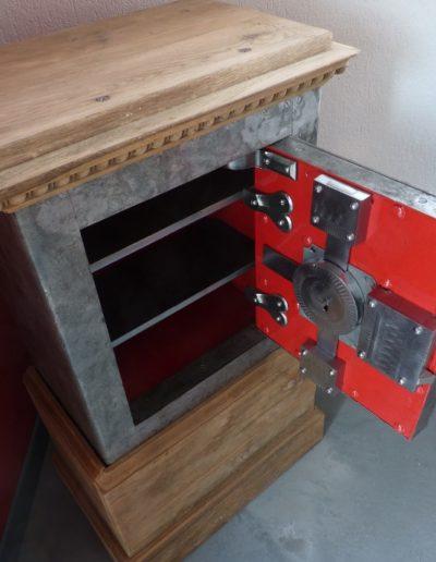Boiseries brut de ponçage, acier clair et intérieur rouge